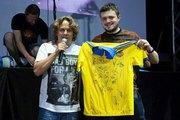 Футболка збірної України з автографами всієї команди