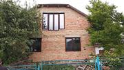 Добротний цегляний будинок,  обштукатурений ,  мансардного типу.